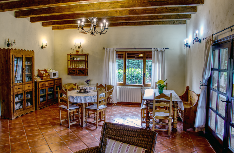 Sala con tres mesas