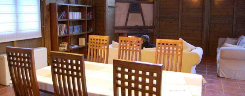 Sala con mesa