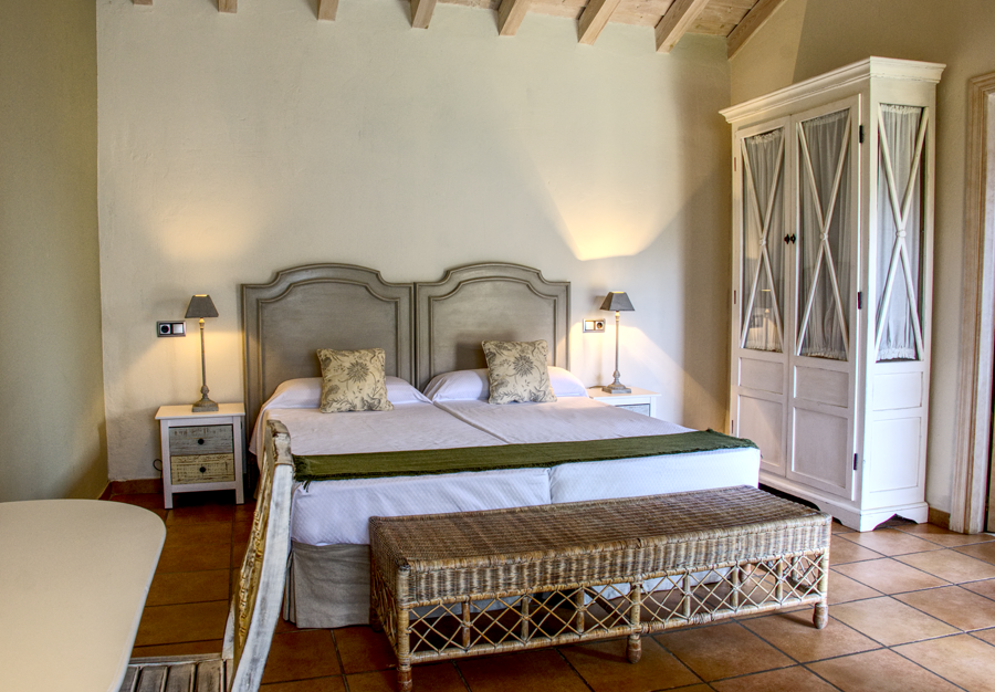 Habitación con cama y estantería